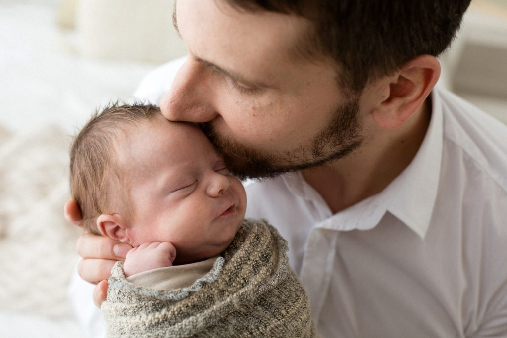 padre bacia neonato