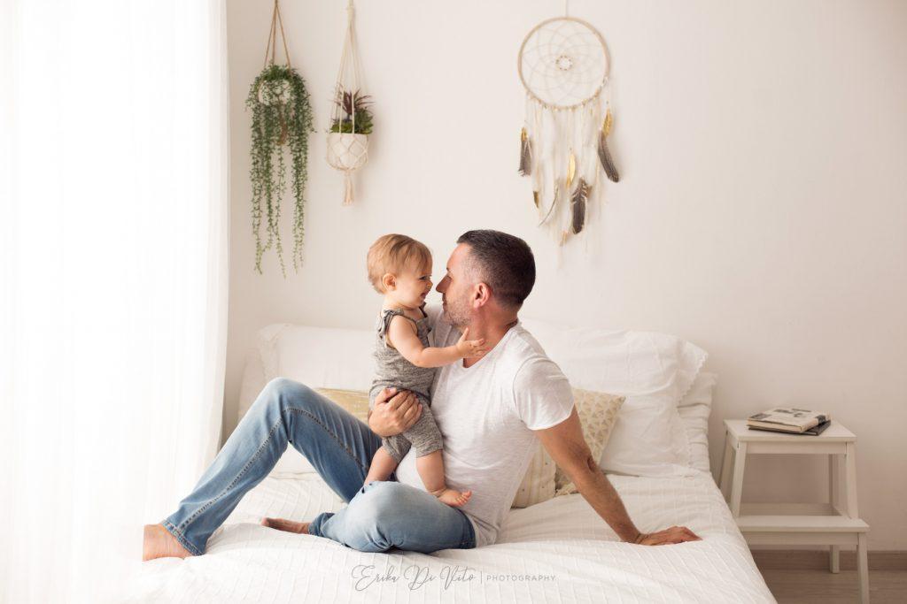 bambino 10 mesi in braccio al padre gioca