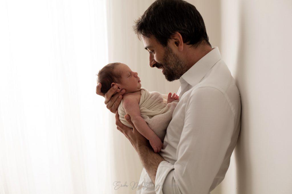 neonato in braccio al padre