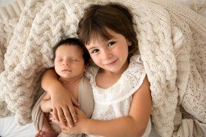 sorella grande con neonato