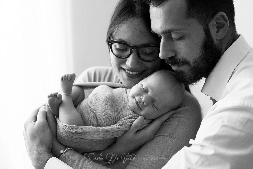 studio fotografico realizza ritratti di neonati in braccio ai genitori