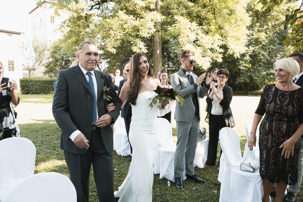 sposa e padre entrata cerimonia in giardino palazzo barbo
