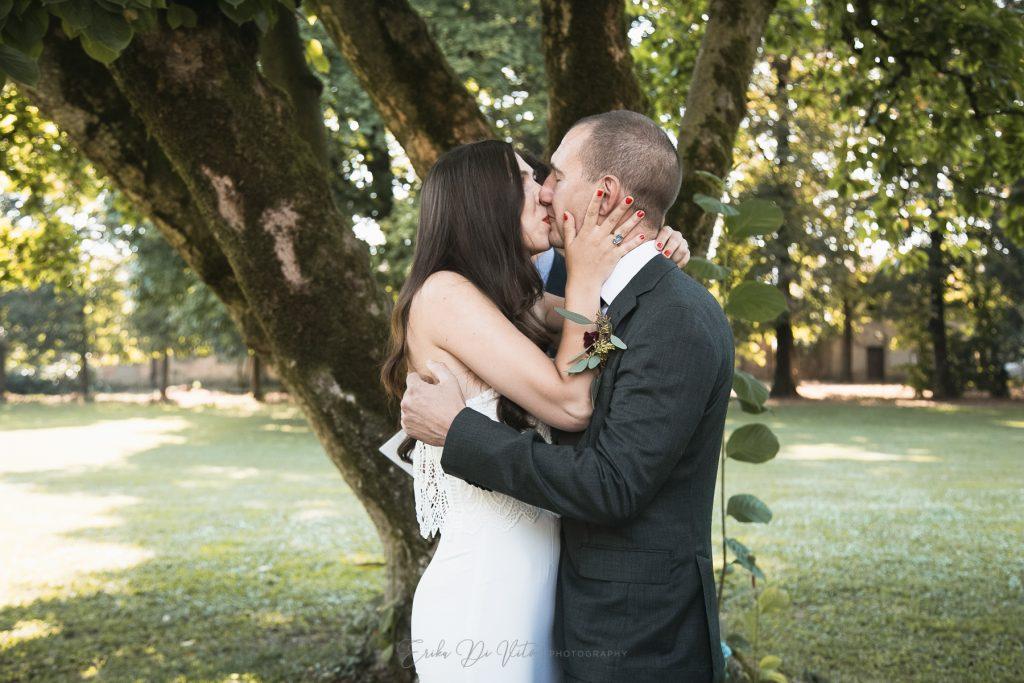 bacio sposi cerimonia all'aperto