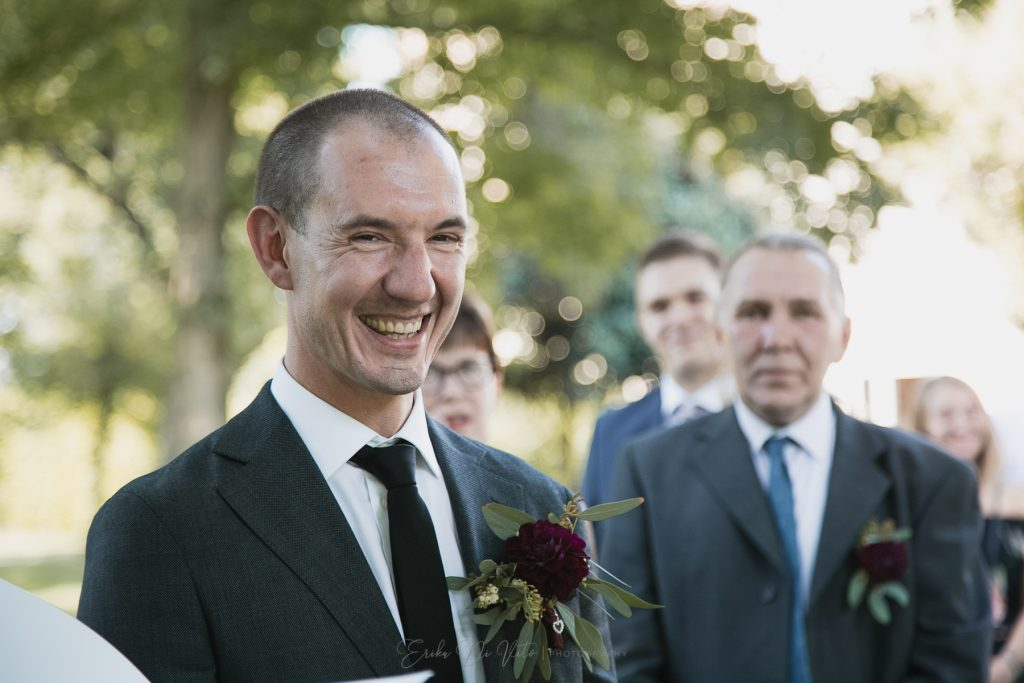 sposo felice cerimonia ride