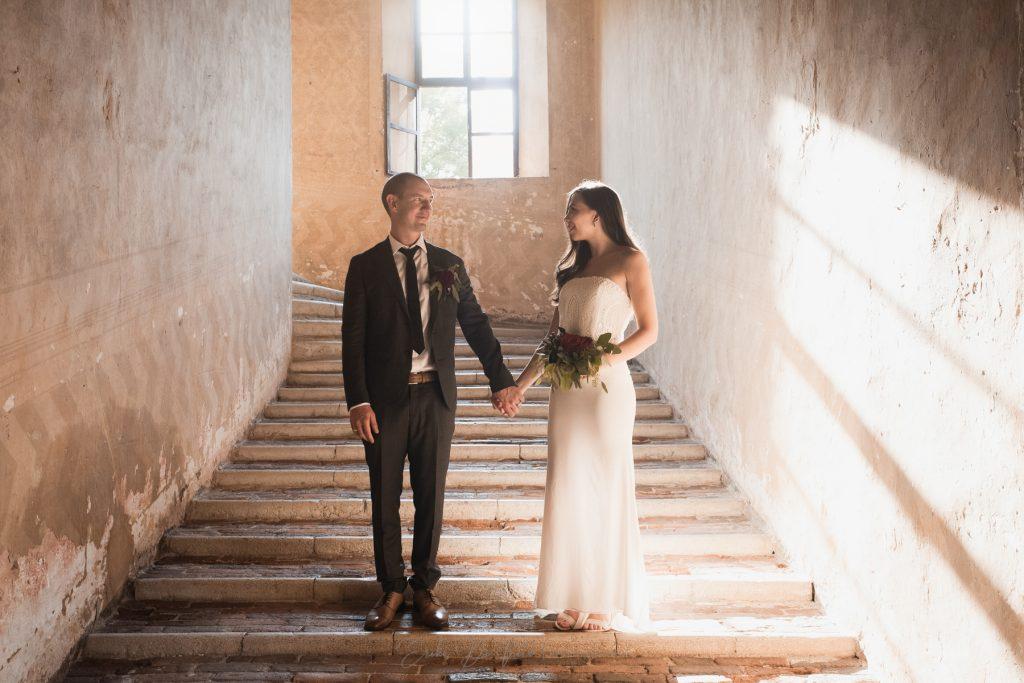 sposi si tengono la mano
