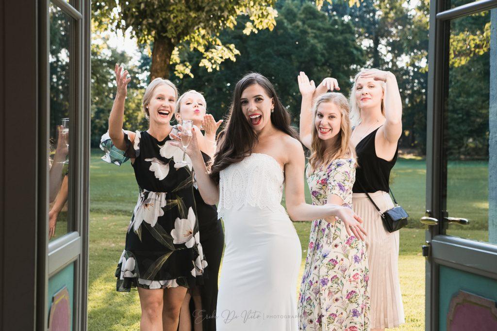 amiche della sposa ridino