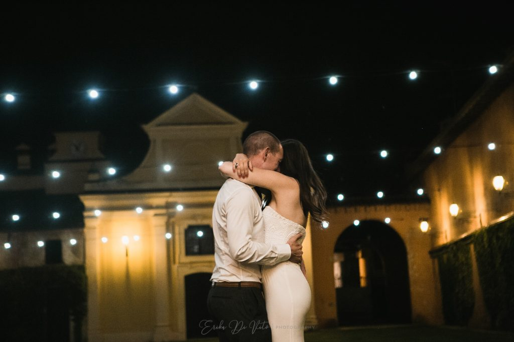 sposa e sposo si abbracciano di sera