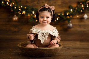 bambina fotografia di natale dentro al cesto